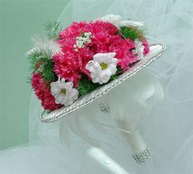 bukiet ślubny na białej zdobionej kryzie