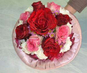 bukiet ślubny na kryzie z rózami