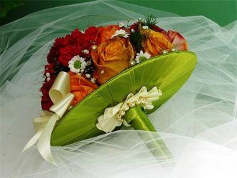 bukiet ślubny na zielonej kryzie