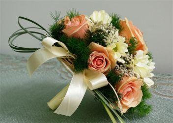 bukiet ślubny z jasną różą