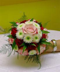 bukiet ślubny z różami biało-czerwony