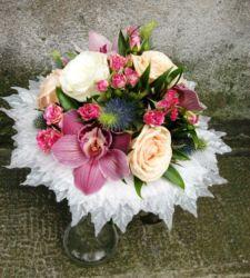 bukiet ślubny z różami, goździkami i storczykiem