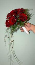Bukiet ślubny z różami i perłami