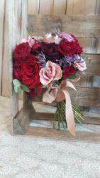 Bukiet slubny z czerwonych i różowych róż