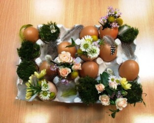 dekoracja wielkanocna z pudełka na jajka