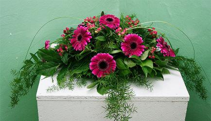 Kompozycja na trumnę z różowymi gerberami