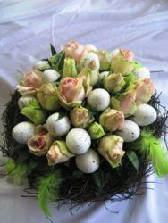 stroik wielkanocny z jajkami i kwiatami