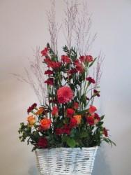 dekoracja florystyczna w koszyku