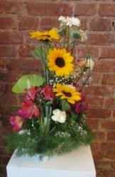 kompozycja florystyczna w naczyniu ze słonecznikami