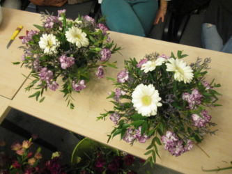 kompozycje florystyczne z goździkami na stół