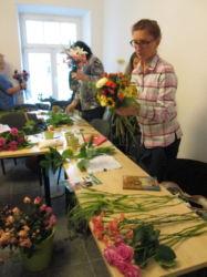 Kurs florystyki - uczestnicy przy pracy