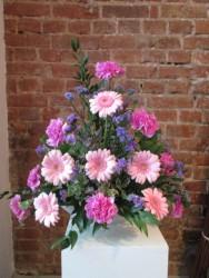 różowe gerbery i goździki w naczyniu