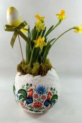 żonkile w ozdobnej doniczne na Wielkanoc