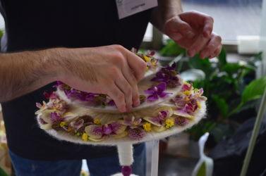 targi florystyczne układanie wiązanki podczas konkursu