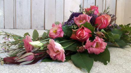 wiązanka-ślubna-spływająca-czerwono-fioletowa