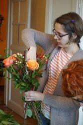 uczestniczka-robi-kompozycję-florystyczną-kraków